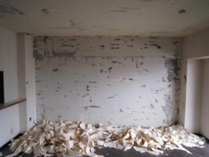 まずは、壁・天井のクロスを剥がしていきます。