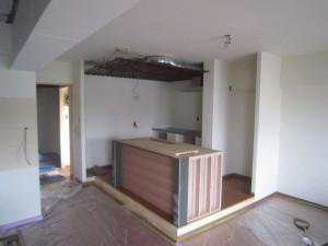 手間のカウンターキッチンモルタル仕上げ。奥はステンレスの天板。