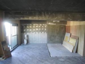 リビングの壁、天井は躯体のままにすることに。