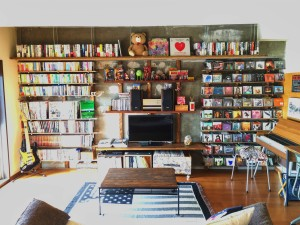 壁一面の収納棚。 本とCDを眺めるだけで幸せな気分に。