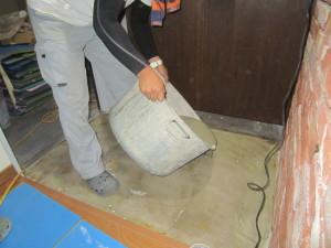 床にモルタルを流し込み…